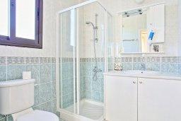 Ванная комната. Кипр, Полис город : Современная и стильная вилла с панорамным видом на море, с 4-мя спальнями, 4-мя ванными комнатами, бассейном, меблированной террасой на крыше и барбекю, расположена всего в нескольких шагах от пляжа
