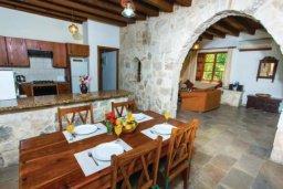 Кухня. Кипр, Милиу : Очаровательная вилла с 2 спальнями с для 4-ти гостей с бассейном и садом