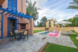 Зона отдыха у бассейна. Кипр, Полис город : Очаровательная вилла с 2 спальнями с для 4-ти гостей с бассейном и садом