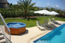 Зона отдыха у бассейна. Кипр, Аргака : Роскошная вилла с потрясающим видом на море, с 3-мя спальнями, с бассейном, тенистой террасой с патио и барбекю, расположена рядом с морем и имеет прямой доступ к песчаному пляжу