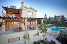Фасад дома. Кипр, Аргака : Роскошная вилла с потрясающим видом на море, с 3-мя спальнями, с бассейном, тенистой террасой с патио и барбекю, расположена рядом с морем и имеет прямой доступ к песчаному пляжу