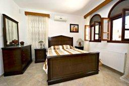 Спальня. Кипр, Аргака : Эксклюзивная вилла с 3-мя спальнями, с бассейном с водопадом, с настольным теннисом, барной стойкой и ландшафтным садом