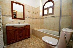 Ванная комната. Кипр, Аргака : Эксклюзивная вилла с 3-мя спальнями, с бассейном с водопадом, с настольным теннисом, барной стойкой и ландшафтным садом