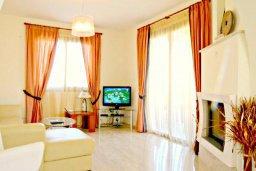 Гостиная. Кипр, Аргака : Великолепная вилла с видом на море, с 4-мя спальнями, с бассейном, террасой с патио и барбекю, расположена рядом с морем и имеет прямой доступ к песчаному пляжу