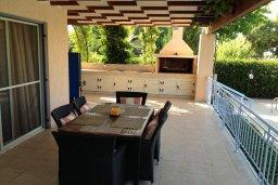 Обеденная зона. Кипр, Лачи : Прекрасная вилла с 3-мя спальнями, с бассейном, красивым ландшафтным садом, тенистой террасой с патио и барбекю