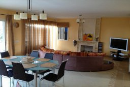 Гостиная. Кипр, Лачи : Прекрасная вилла с 3-мя спальнями, с бассейном, красивым ландшафтным садом, тенистой террасой с патио и барбекю