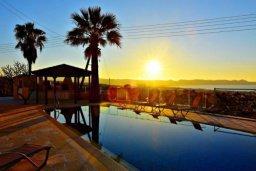 Бассейн. Кипр, Аргака : Шикарная вилла с удивительным непрерывным видом на море и горы, с 3-мя спальнями, с бассейном, уютным двориком с патио, барбекю и с большой меблированной террасой на крыше с бильярдом