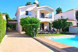 Фасад дома. Кипр, Корал Бэй : Очаровательная вилла с 3-мя спальнями, с бассейном, приватным двориком с патио и барбекю, в окружение зелёного сада