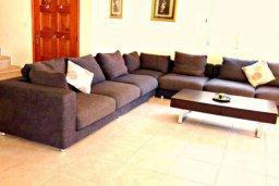 Гостиная. Кипр, Корал Бэй : Очаровательная вилла с 3-мя спальнями, с бассейном, приватным двориком с патио и барбекю, в окружение зелёного сада