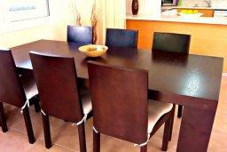 Кухня. Кипр, Корал Бэй : Очаровательная вилла с 3-мя спальнями, с бассейном, приватным двориком с патио и барбекю, в окружение зелёного сада