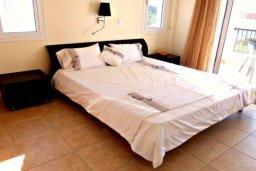 Спальня. Кипр, Корал Бэй : Очаровательная вилла с 3-мя спальнями, с бассейном, приватным двориком с патио и барбекю, в окружение зелёного сада