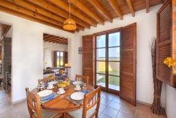 Обеденная зона. Кипр, Лачи : Роскошная вилла в средиземноморском стиле с великолепным видом на море, с 3-мя спальнями, с бассейном, в окружение красивого сада и с уютной террасой с традиционным кипрским барбекю