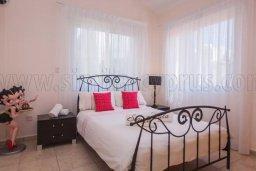 Спальня. Кипр, Корал Бэй : Великолепная вилла с 3-мя спальнями, с бассейном, зелёным садом с апельсиновыми и лимонными деревьями, тенистой террасой с патио и барбекю