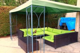 Патио. Кипр, Корал Бэй : Комфортабельная вилла с 2-мя спальнями и детской спальней, с бассейном и тенистой террасой с патио