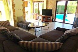 Гостиная. Кипр, Корал Бэй : Комфортабельная вилла с 2-мя спальнями и детской спальней, с бассейном и тенистой террасой с патио