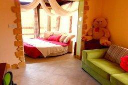 Спальня. Кипр, Корал Бэй : Комфортабельная вилла с 2-мя спальнями и детской спальней, с бассейном и тенистой террасой с патио