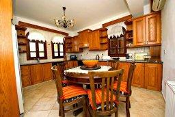 Кухня. Кипр, Аргака : Роскошная вилла с 3-мя спальнями, с бассейном с водопадом, с уличной барной стойкой, барбекю и ландшафтным садом