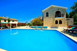 Фасад дома. Кипр, Аргака : Роскошная вилла с 3-мя спальнями, с бассейном с водопадом, с уличной барной стойкой, барбекю и ландшафтным садом