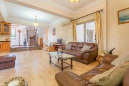 Кипр, Аргака : Прекрасная вилла с потрясающим видом на море и горы, с 4-мя спальнями, с бассейном, тенистой террасой с патио и барбекю, расположена на побережье Argaka Beach