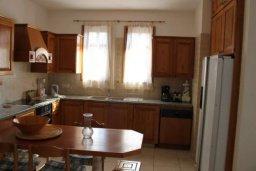 Кухня. Кипр, Аргака : Впечатляющая вилла с видом на Средиземное море, с 4-мя спальнями, с бассейном, тенистой террасой с патио, беседкой, детским бассейном и общим теннисным кортом