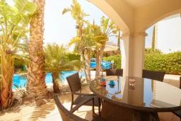 Терраса. Кипр, Корал Бэй : Уютная вилла с 3-мя спальнями, с бассейном, тенистой террасой с патио, расположена всего в нескольких минутах ходьбы от пляжа Coral Bay Beach