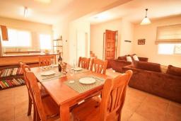 Обеденная зона. Кипр, Корал Бэй : Уютная вилла с 3-мя спальнями, с бассейном, тенистой террасой с патио, расположена всего в нескольких минутах ходьбы от пляжа Coral Bay Beach