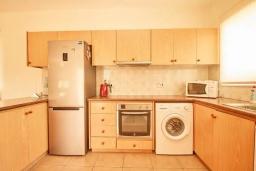 Кухня. Кипр, Корал Бэй : Уютная вилла с 3-мя спальнями, с бассейном, тенистой террасой с патио, расположена всего в нескольких минутах ходьбы от пляжа Coral Bay Beach
