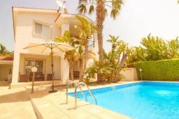 Вид на виллу/дом снаружи. Кипр, Корал Бэй : Уютная вилла с 3-мя спальнями, с бассейном, тенистой террасой с патио, расположена всего в нескольких минутах ходьбы от пляжа Coral Bay Beach
