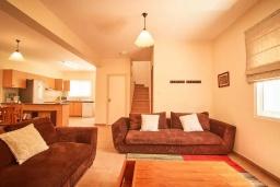 Гостиная. Кипр, Корал Бэй : Уютная вилла с 3-мя спальнями, с бассейном, тенистой террасой с патио, расположена всего в нескольких минутах ходьбы от пляжа Coral Bay Beach