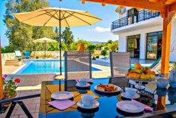 Развлечения и отдых на вилле. Кипр, Аргака : Чудесная вилла с потрясающим видом на Средиземное море и горы, с 3-мя спальнями, с бассейном, тенистой террасой с патио и барбекю, расположена в нетронутой зоне Argaka