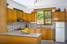 Кухня. Кипр, Аргака : Чудесная вилла с потрясающим видом на Средиземное море и горы, с 3-мя спальнями, с бассейном, тенистой террасой с патио и барбекю, расположена в нетронутой зоне Argaka
