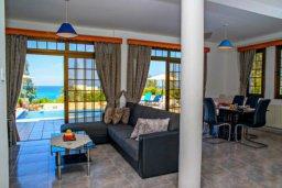 Гостиная. Кипр, Аргака : Чудесная вилла с потрясающим видом на Средиземное море и горы, с 3-мя спальнями, с бассейном, тенистой террасой с патио и барбекю, расположена в нетронутой зоне Argaka