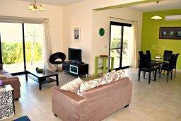 Гостиная. Кипр, Лачи : Прекрасная вилла с панорамным видом на море, с 3-мя спальнями, с бассейном, приватным двориком с патио и барбекю