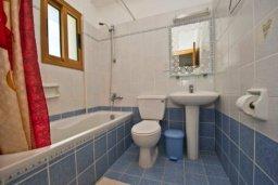 Ванная комната. Кипр, Аргака : Волшебная вилла с видом на залив Chrysochou Bay и на полуостров Akamas, с 3-мя спальнями, с бассейном, приватным двориком с беседкой с патио и барбекю
