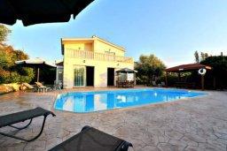 Территория. Кипр, Аргака : Прекрасная современная вилла с 4-мя спальнями, с бассейном, уютным двориком с патио и барбекю, расположена всего в  200 метрах от пляжа