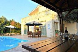 Патио. Кипр, Аргака : Прекрасная современная вилла с 4-мя спальнями, с бассейном, уютным двориком с патио и барбекю, расположена всего в  200 метрах от пляжа