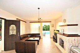 Гостиная. Кипр, Аргака : Прекрасная современная вилла с 4-мя спальнями, с бассейном, уютным двориком с патио и барбекю, расположена всего в  200 метрах от пляжа