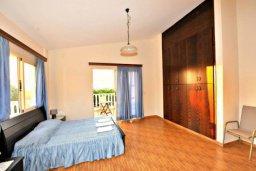 Спальня. Кипр, Аргака : Прекрасная современная вилла с 4-мя спальнями, с бассейном, уютным двориком с патио и барбекю, расположена всего в  200 метрах от пляжа