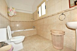 Ванная комната. Кипр, Аргака : Прекрасная современная вилла с 4-мя спальнями, с бассейном, уютным двориком с патио и барбекю, расположена всего в  200 метрах от пляжа