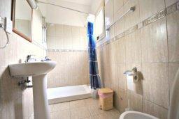 Ванная комната 2. Кипр, Аргака : Прекрасная современная вилла с 4-мя спальнями, с бассейном, уютным двориком с патио и барбекю, расположена всего в  200 метрах от пляжа