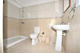Ванная комната 3. Кипр, Аргака : Прекрасная современная вилла с 4-мя спальнями, с бассейном, уютным двориком с патио и барбекю, расположена всего в  200 метрах от пляжа