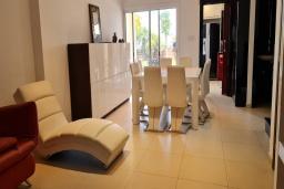 Гостиная. Кипр, Пиргос : Великолепная вилла с видом на Средиземное море, с 3-мя спальнями, с бассейном, солнечной террасой с патио и барбекю, расположена