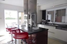 Кухня. Кипр, Пиргос : Великолепная вилла с видом на Средиземное море, с 3-мя спальнями, с бассейном, солнечной террасой с патио и барбекю, расположена