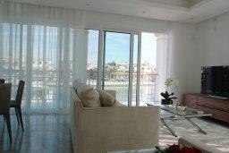 Гостиная. Кипр, Центр Лимассола : Роскошная вилла в Лимассол Марина, с бассейном, зеленым двориком и шикарным видом на море, 3 спальни, 4 ванные комнаты, причал для яхт, парковка, Wi-Fi