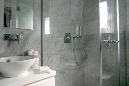 Ванная комната. Кипр, Центр Лимассола : Роскошная вилла в Лимассол Марина, с бассейном, зеленым двориком и шикарным видом на море, 3 спальни, 4 ванные комнаты, причал для яхт, парковка, Wi-Fi