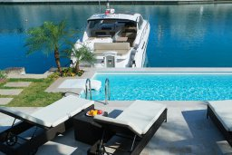 Бассейн. Кипр, Центр Лимассола : Роскошная вилла в Лимассол Марина, с бассейном, зеленым двориком и шикарным видом на море, 3 спальни, 4 ванные комнаты, причал для яхт, парковка, Wi-Fi