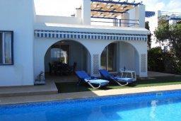 Фасад дома. Кипр, Лачи : Роскошная пляжная вила с бассейном и зеленым двориком с барбекю, вид на море, 3 спальни, 3 ванные комнаты, парковка, Wi-Fi