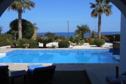 Бассейн. Кипр, Лачи : Роскошная пляжная вила с бассейном и зеленым двориком с барбекю, вид на море, 3 спальни, 3 ванные комнаты, парковка, Wi-Fi