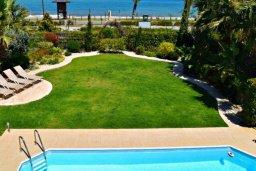 Парковка. Кипр, Лачи : Удивительная пляжная вила в греческом стиле с панорамным видом на море, с 3-мя спальнями, с бассейном, ландшафтным садом и тенистой террасой с патио