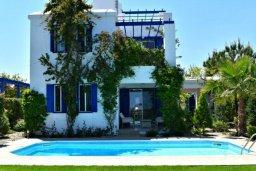 Фасад дома. Кипр, Лачи : Удивительная пляжная вила в греческом стиле с панорамным видом на море, с 3-мя спальнями, с бассейном, ландшафтным садом и тенистой террасой с патио